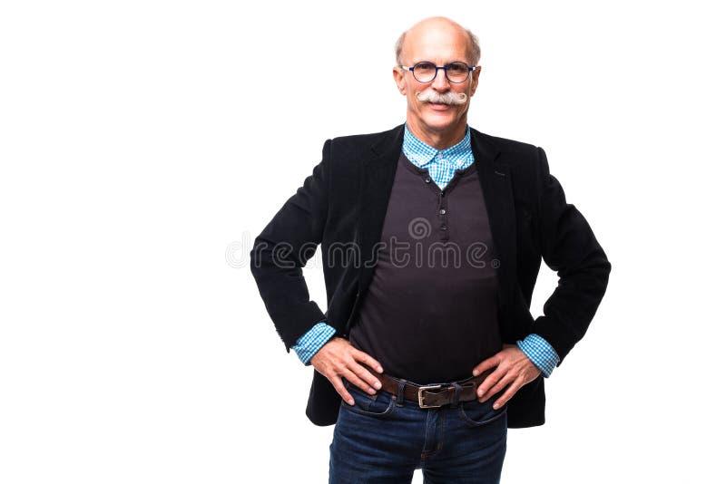 Hombre maduro feliz con los brazos en el fondo blanco imagen de archivo