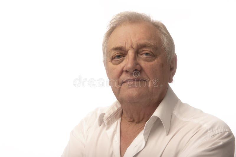 Hombre maduro feliz en un fondo blanco imagen de archivo
