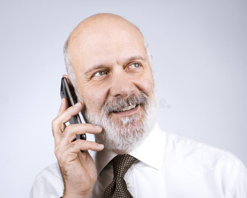 Hombre maduro feliz que llama con su teléfono fotos de archivo libres de regalías