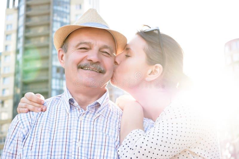 Hombre maduro feliz que sonr?e con la mujer joven fotos de archivo
