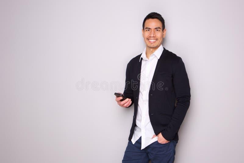 Hombre maduro hermoso con el teléfono fotos de archivo
