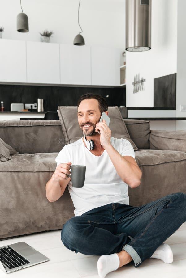 Hombre maduro hermoso que habla en el teléfono móvil imágenes de archivo libres de regalías