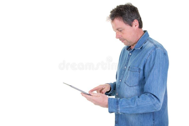 Hombre maduro hermoso websurfing con la tableta aislada foto de archivo libre de regalías