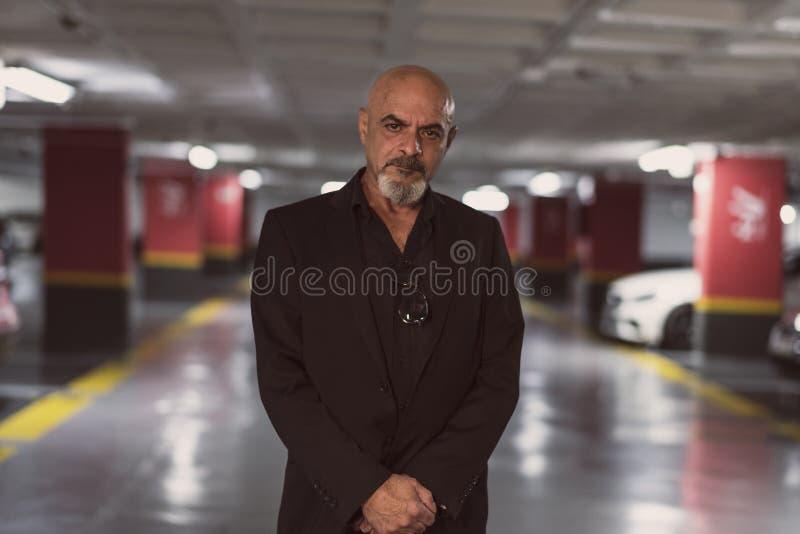 Hombre maduro mayor en el aparcamiento imágenes de archivo libres de regalías