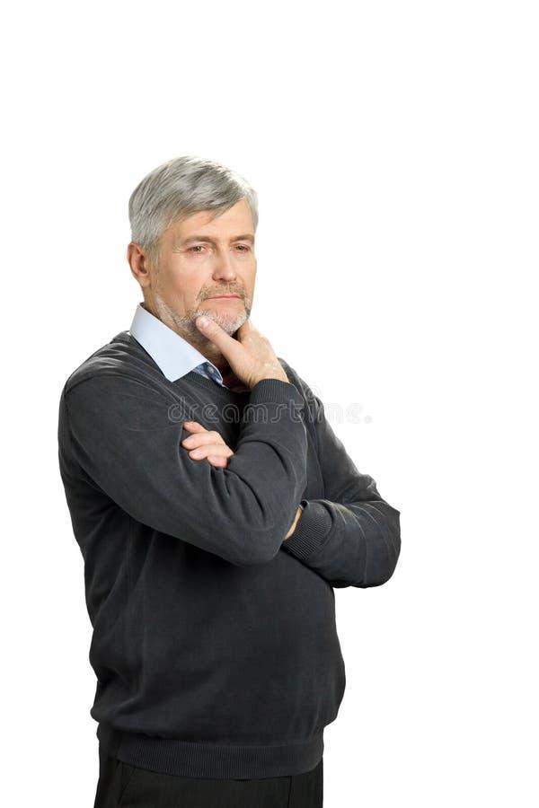 Hombre maduro pensativo en el fondo blanco fotos de archivo