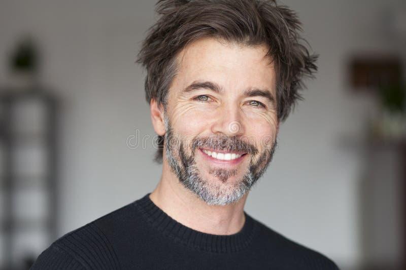 Hombre maduro que sonríe y que se divierte imagenes de archivo