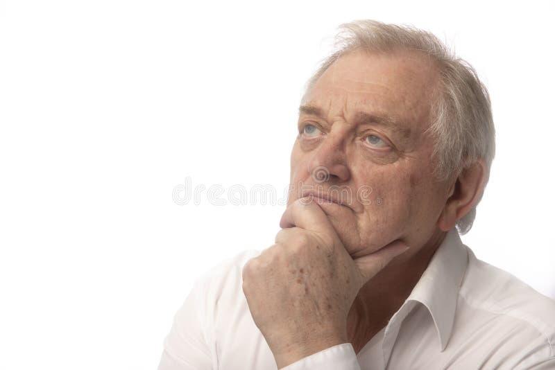 Hombre maduro serio en el fondo blanco fotos de archivo