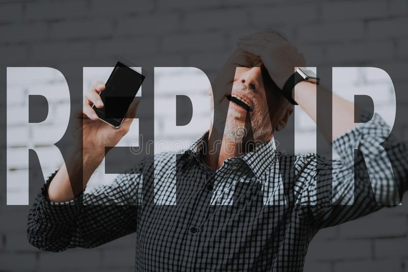Hombre mayor afligido Smartphone costoso roto foto de archivo libre de regalías