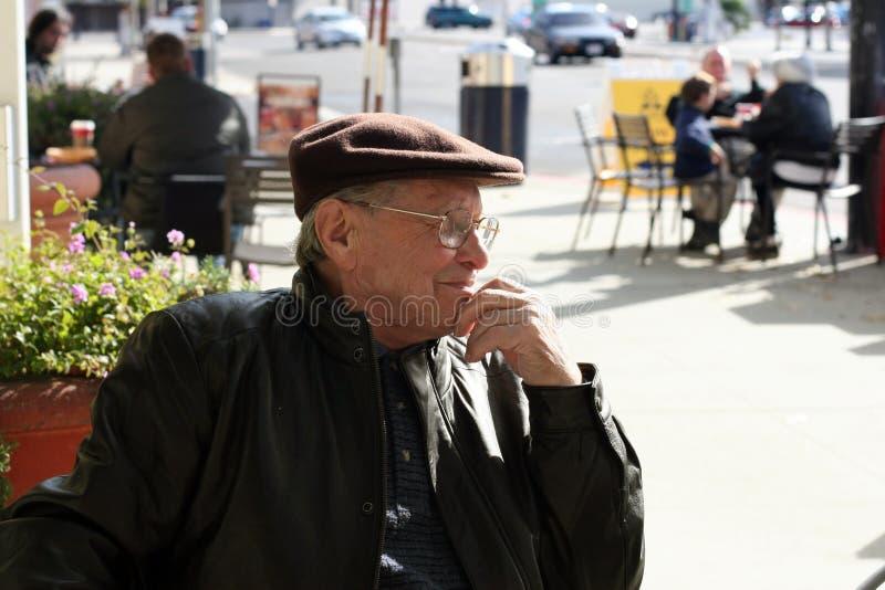 Hombre mayor al aire libre imagenes de archivo