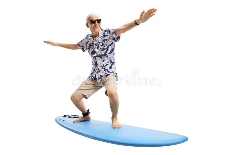 Hombre mayor alegre que practica surf imagen de archivo
