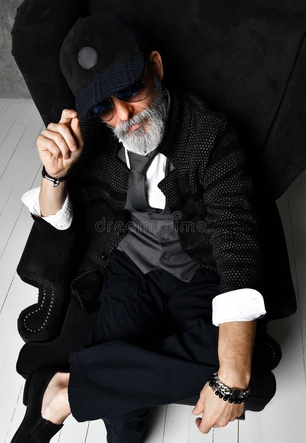 Hombre mayor brutal del millonario en chaqueta de tweed gris del chaleco del traje de la camisa del casquillo blanco clásico del  fotografía de archivo