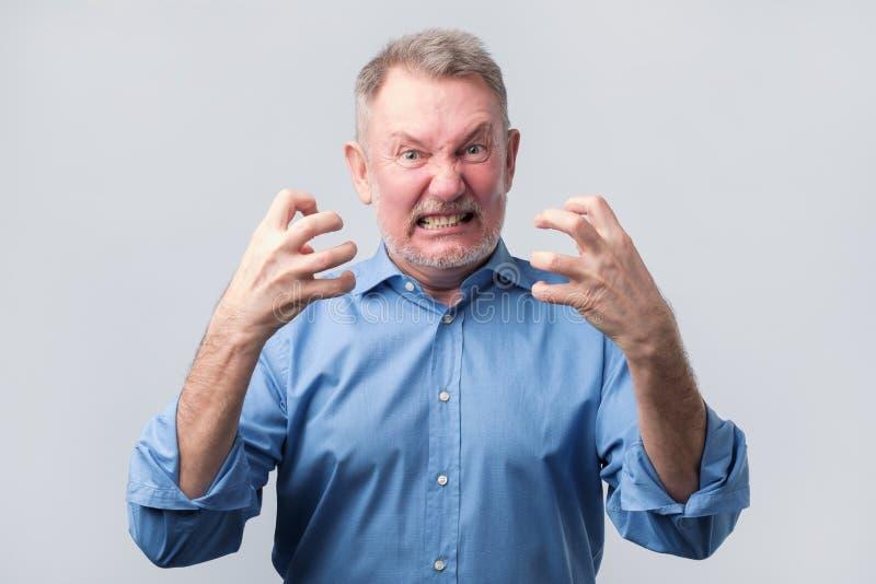 Hombre mayor con crisis nerviosa Él está en furia imagenes de archivo