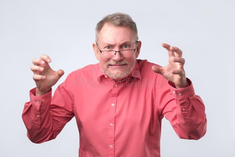 Hombre mayor con crisis nerviosa Él está en furia fotografía de archivo
