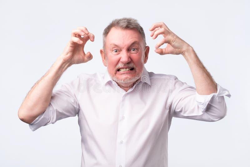 Hombre mayor con crisis nerviosa Él está en furia fotos de archivo libres de regalías