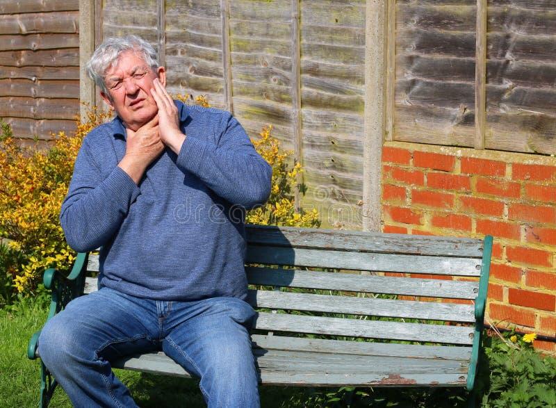 Hombre mayor con el cuello herido doloroso fotos de archivo