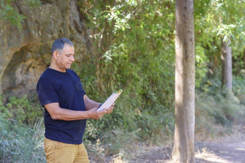 Hombre mayor con el mapa al aire libre imágenes de archivo libres de regalías