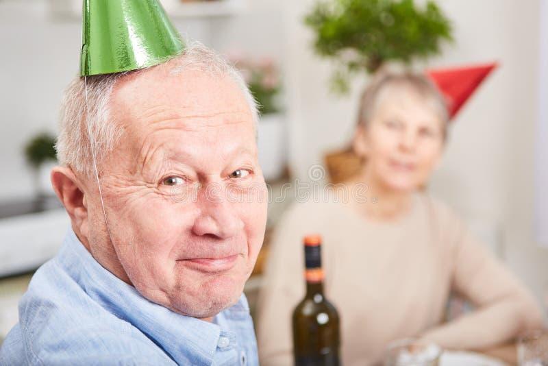Hombre mayor con el sombrero del partido fotografía de archivo