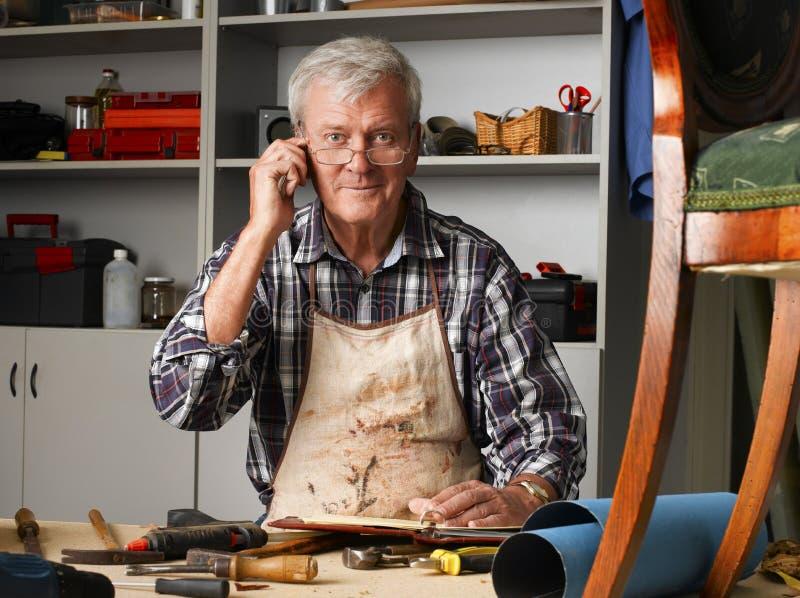 Hombre mayor con el teléfono móvil imagenes de archivo