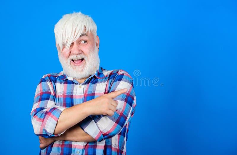 Hombre mayor con explosiones largas y la barba Aspecto inusual del inconformista maduro Subcultivo y forma de vida Barber?a y imagen de archivo libre de regalías