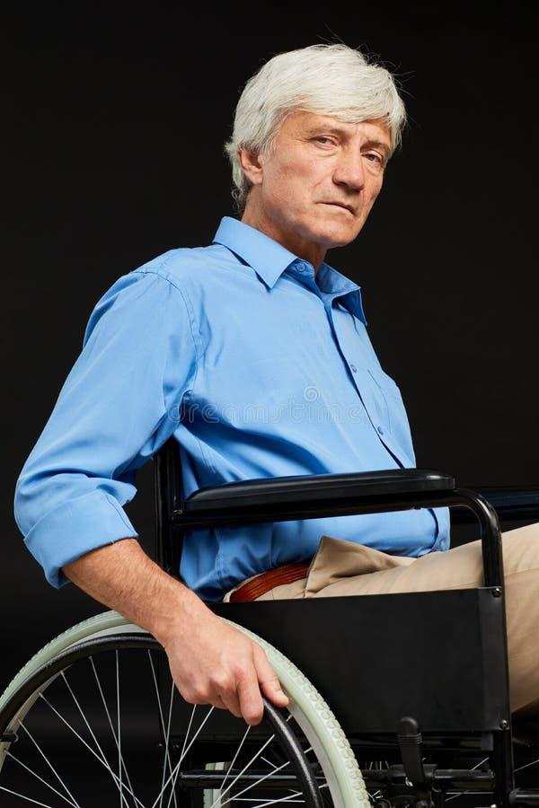 Hombre mayor con incapacidad imagen de archivo