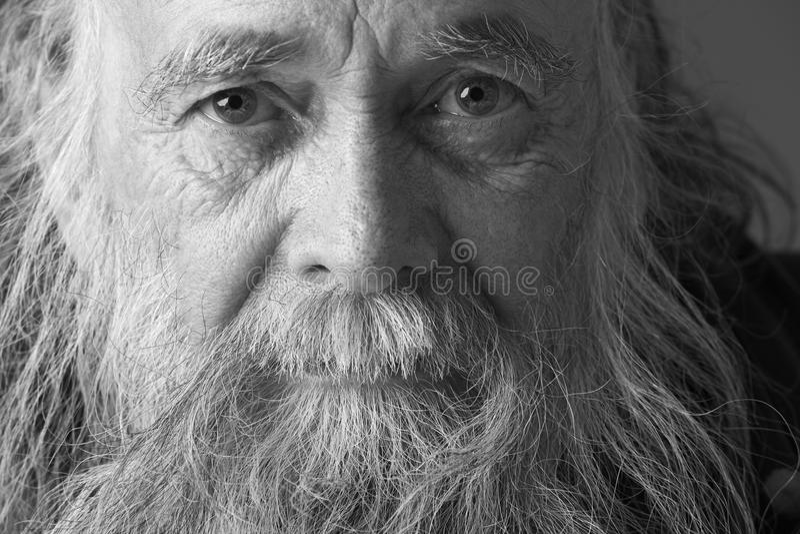 Hombre mayor con la barba larga imágenes de archivo libres de regalías