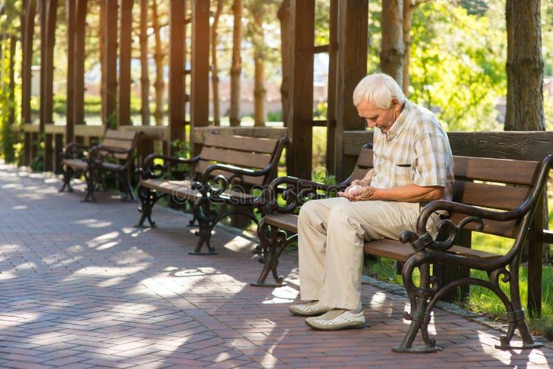 Hombre mayor con la botella de la medicina imagenes de archivo