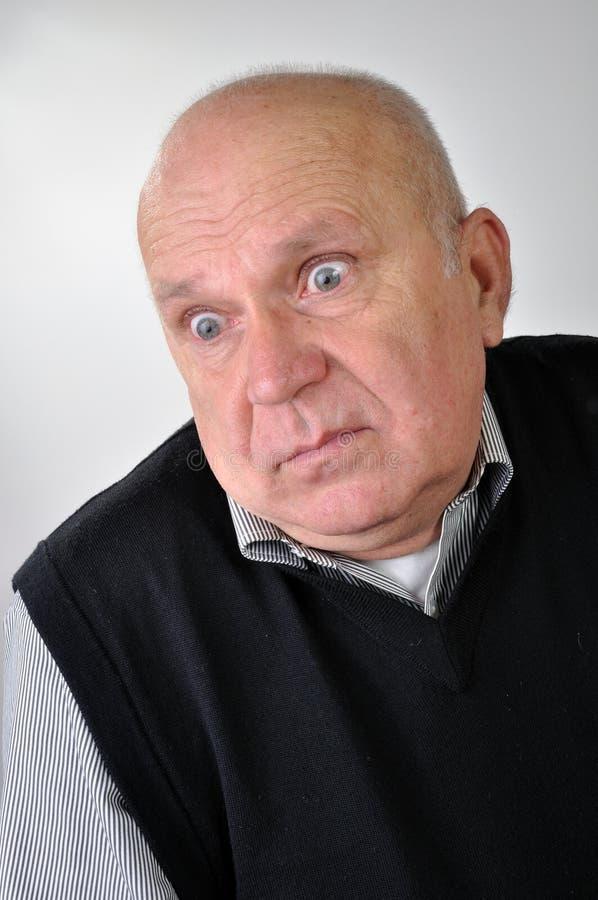 Hombre mayor con la expresión desconcertada fotografía de archivo