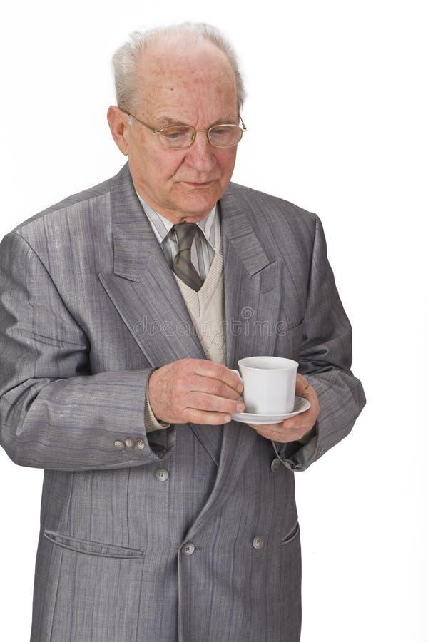 Hombre mayor con la taza de té fotos de archivo
