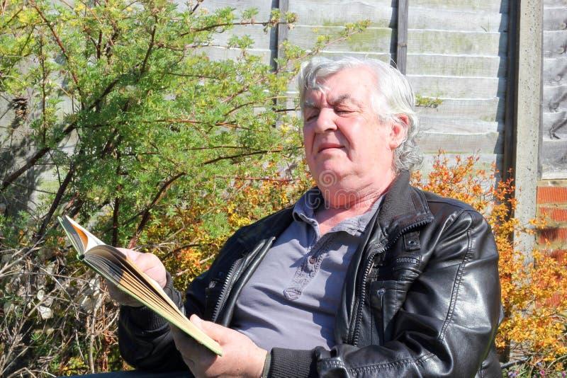 Hombre mayor con mala vista. fotos de archivo libres de regalías