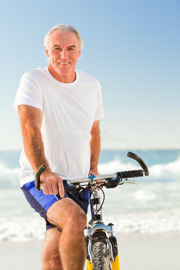 Hombre mayor con su bici imagen de archivo