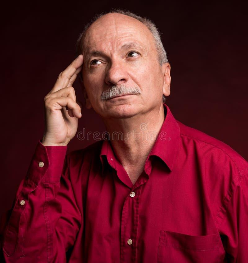 Hombre mayor con una expresión pensativa imagen de archivo libre de regalías