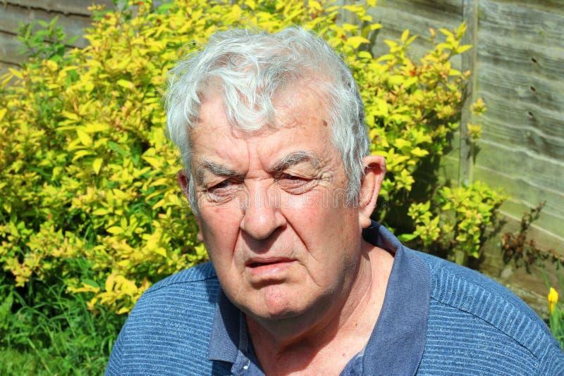 Hombre mayor confundido, desconcertado o raro fotos de archivo