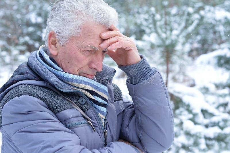 Hombre mayor confuso fotografía de archivo