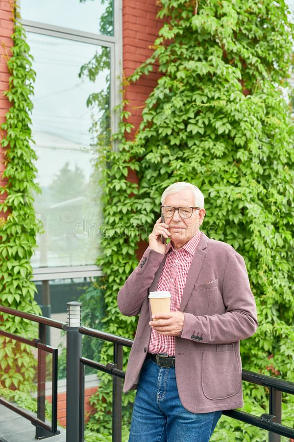 Hombre mayor contemporáneo al aire libre imágenes de archivo libres de regalías