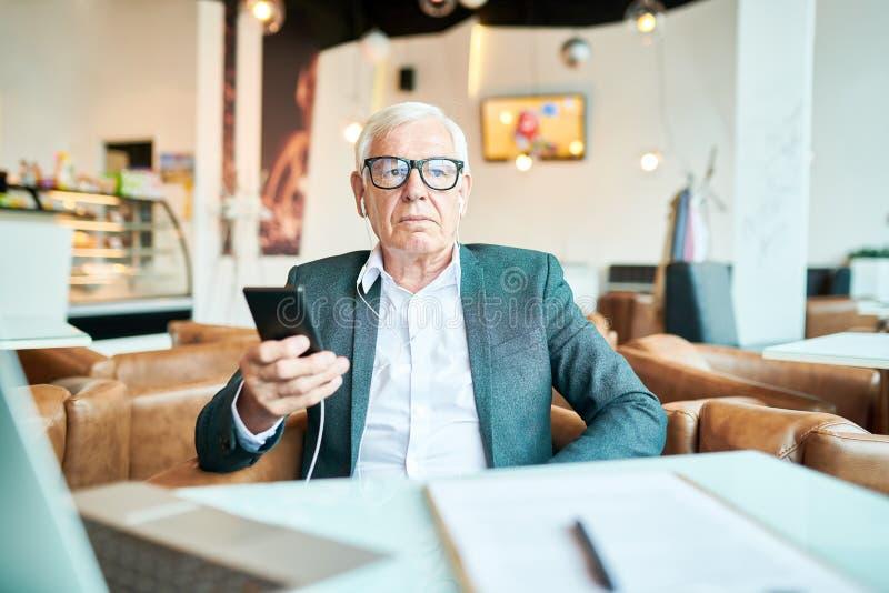Hombre mayor contemporáneo en café imagen de archivo libre de regalías