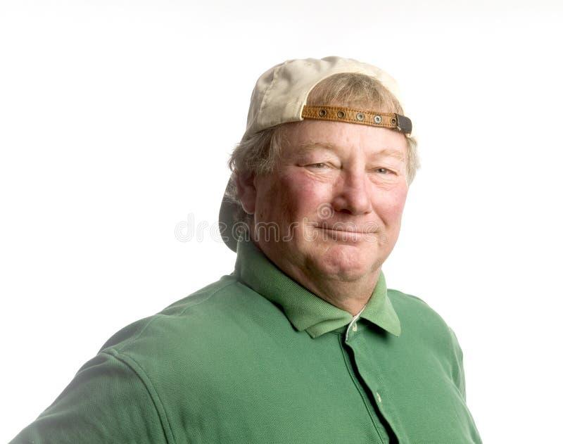 Hombre mayor de la Edad Media que desgasta la sonrisa ocasional del sombrero foto de archivo libre de regalías