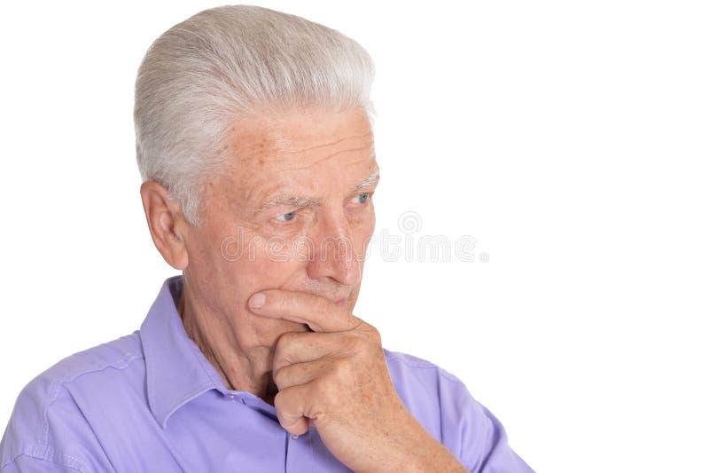 Hombre mayor de pensamiento aislado en el fondo blanco fotografía de archivo