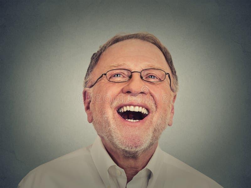 Hombre mayor de risa imágenes de archivo libres de regalías