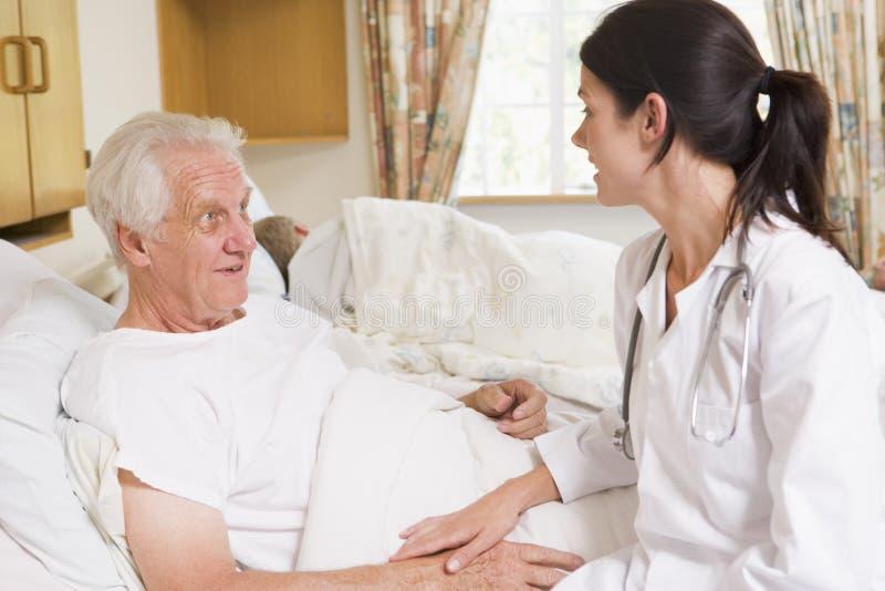 Hombre mayor del doctor Talking With imagen de archivo