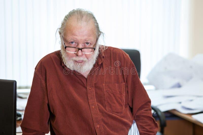 Hombre mayor del empleo del científico con la barba blanca y las lentes, mirando la cámara, retrato fotografía de archivo