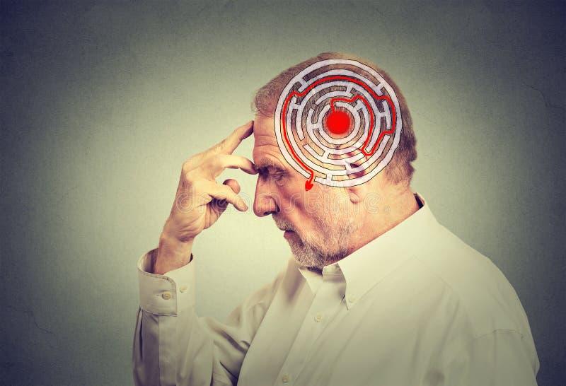 Hombre mayor del perfil lateral que soluciona el pensamiento del problema imagenes de archivo