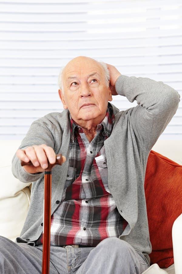 Hombre mayor demente desorientado imagen de archivo