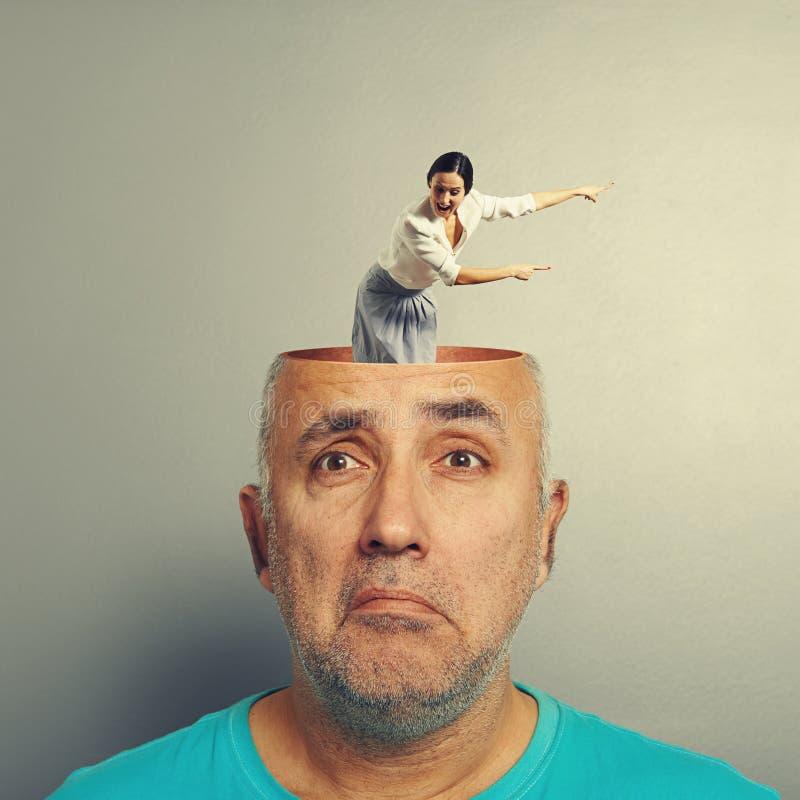 Hombre mayor deprimido con la empresaria de griterío foto de archivo libre de regalías