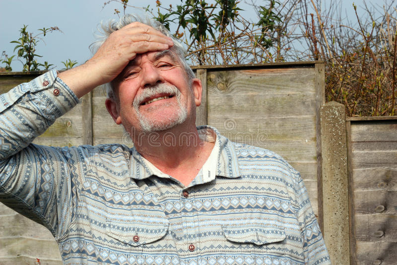 Hombre mayor diciendo que él olvidó. fotos de archivo libres de regalías
