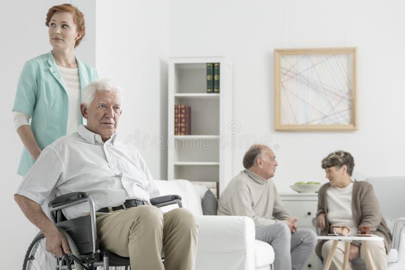 Hombre mayor discapacitado imagen de archivo