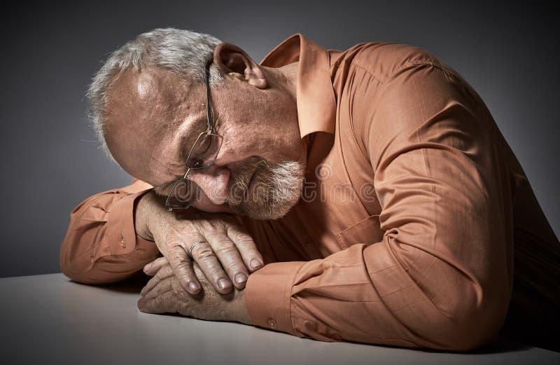Hombre mayor durmiente cansado imágenes de archivo libres de regalías