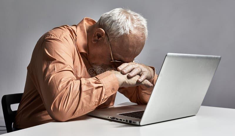 Hombre mayor durmiente cansado fotografía de archivo