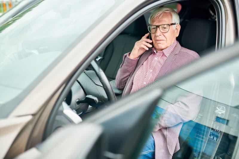 Hombre mayor en coche fotos de archivo