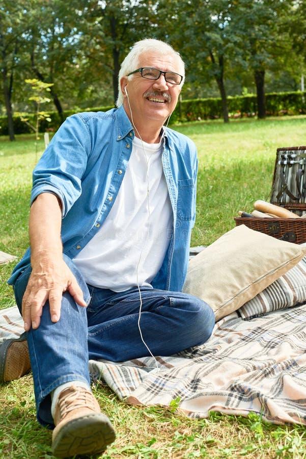 Hombre mayor en comida campestre foto de archivo libre de regalías