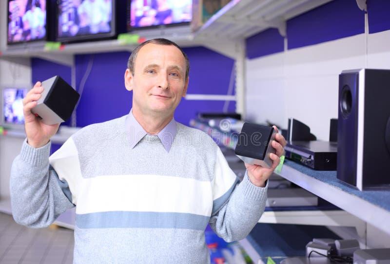 Hombre mayor en departamento de la ingeniería de radio foto de archivo libre de regalías